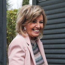 María Teresa Campos, muy sonriente a las puertas de su casa