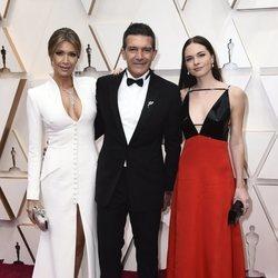 Antonio Banderas, Nicole Kimpel y Stella del Carmen en la alfombra de los Oscar 2020