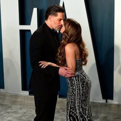 Joe Manganiello y Sofia Vergara besándose en la fiesta de Vanity Fair tras los Oscar 2020