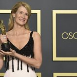 Laura Dern posando con su Oscar 2020 a Mejor actriz de reparto