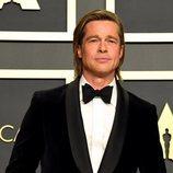 Brad Pitt posando con su Oscar 2020 a Mejor actor de reparto