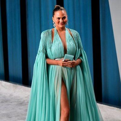 Chrissy Teigen en la fiesta de Vanity Fair tras los Oscar 2020
