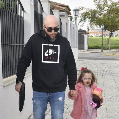Kiko Rivera junto a su hija Ana por las calles de Sevilla