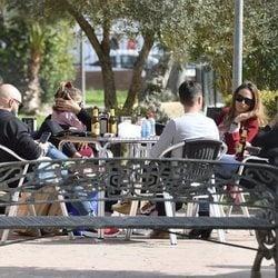 Kiko Rivera e Irene Rosales tomando algo con sus amigos el día del cumpleaños del DJ
