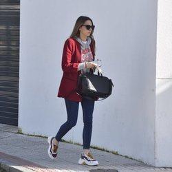 Irene Rosales con el semblante serio por las calles de Sevilla