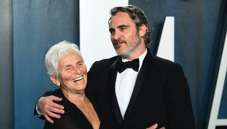 Joaquin Phoenix con su madre en la fiesta de Vanity Fair tras los Oscar 2020