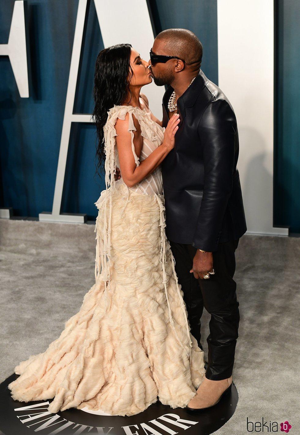 Kim Kardashian y Kanye West besándose en la fiesta de Vanity Fair tras los Oscar 2020