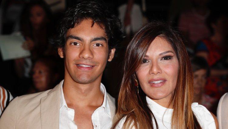 Ivonne Reyes con su hijo, Alejandro, en un evento