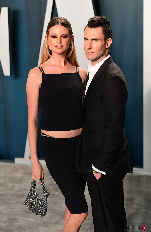 Adam Levine y Behati Prinsloo en la fiesta de Vanity Fair tras los Oscar 2020