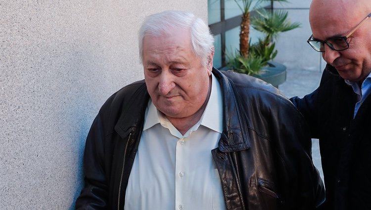 Amaro, padre de Fran Álvarez, acudiendo al tanatorio a despedir a su hijo