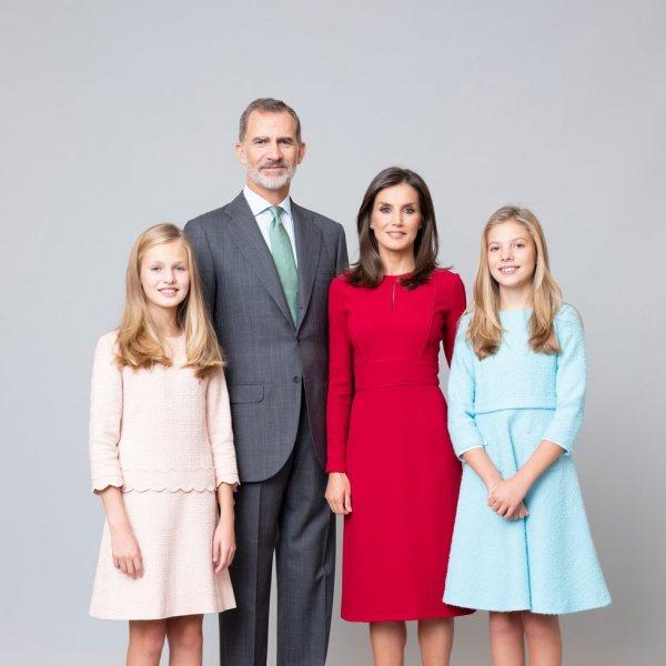 Retratos oficiales de los Reyes Felipe y Letizia, la Princesa Leonor y la Infanta Sofía