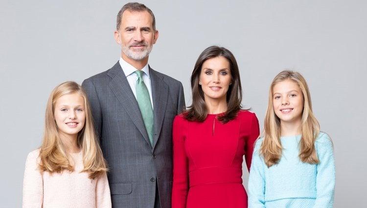 Retrato oficial de los Reyes Felipe y Letizia, la Princesa Leonor y la Infanta Sofía