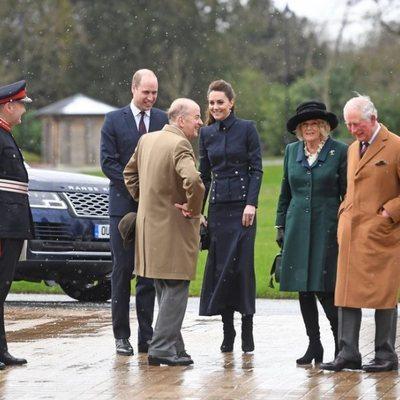 El Príncipe Carlos y Camilla Parker con el Príncipe Guillermo y Kate Middleton en su visita al Centro de Rehabilitación Médica Stanford Hall