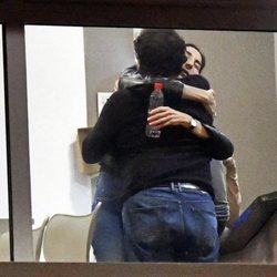 Paz Padilla, abrazada a un amigo en el tanatorio de su madre