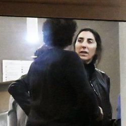 Paz Padilla hablando con un amigo en el tanatorio de su madre