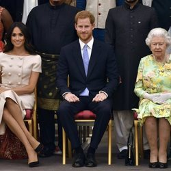 La Reina Isabel, el Príncipe Harry y Meghan Markle en los Queen's Young Leaders Awards