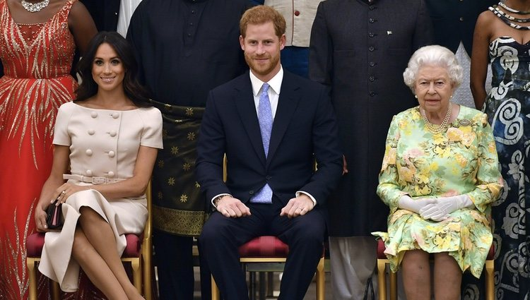 La Reina Isabel, el Príncipe Harry y Meghan Markle en los Queen's Young Leaders Awards