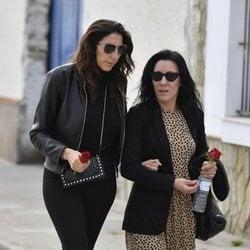 Paz Padilla con una amiga en el funeral e su madre