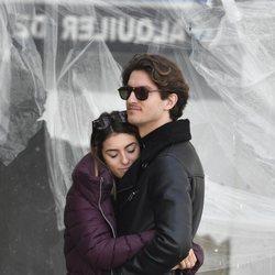 Anna Ferrer, abrazada a su novio en el funeral de su abuela