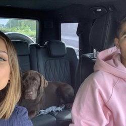 Hiba Abouk y Achraf Hakimi con su perro
