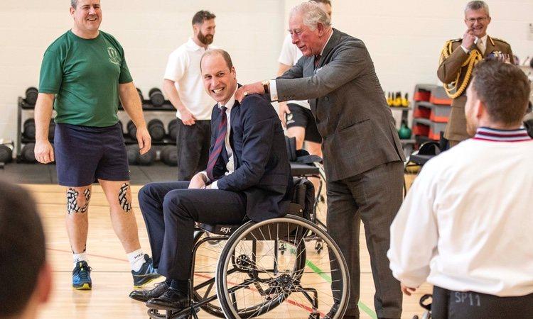 El Príncipe Carlos, muy cariñoso con el Príncipe Guillermo en el Centro de Rehabilitación Médica Stanford Hall