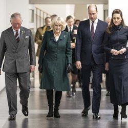 El Príncipe Carlos y Camilla Parker con los Duques de Cambridge en su visita al Centro de Rehabilitación Médica Stanford Hall