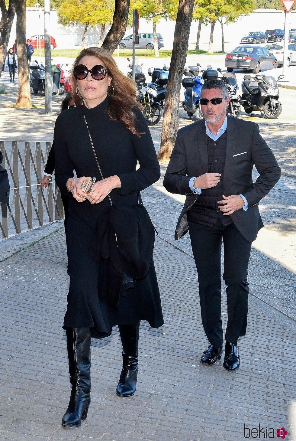 Lucía Hoyos llegando al funeral de Miguel Ángel Jiménez en Sevilla