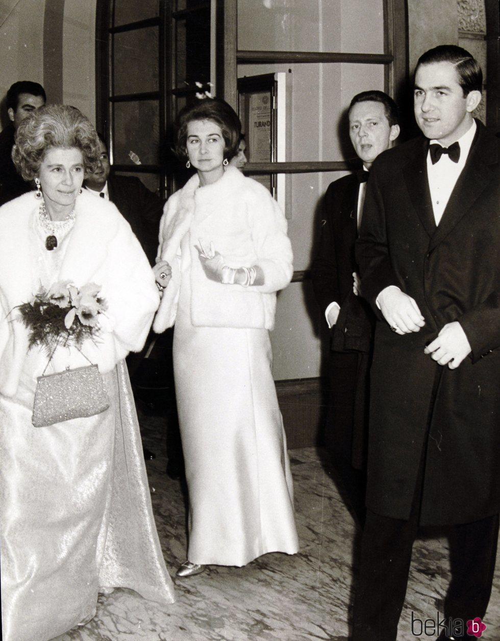 Federica de Grecia junto a sus hijos, la Reina Sofía y el Rey Constantino