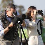 El Rey Felipe VI y la Reina Letizia mirando por unos prismáticos en el Parque Nacional de Doñana
