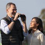 Los Reyes Felipe y Letizia sonriendo durante su visita por Almonte