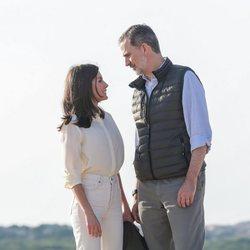 Los Reyes Felipe y Letizia se miran cariñosamente durante su visita al Parque Natural de Doñana