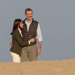 El Rey Felipe VI y la Reina Letizia pasenado abrazados por el Parque Natural de Doñana