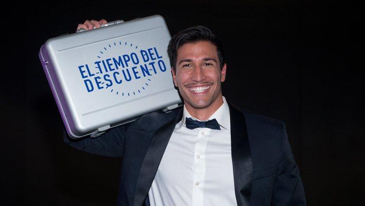 Gianmarco Onestini posando con su maletín de ganador de 'El tiempo del descuento'