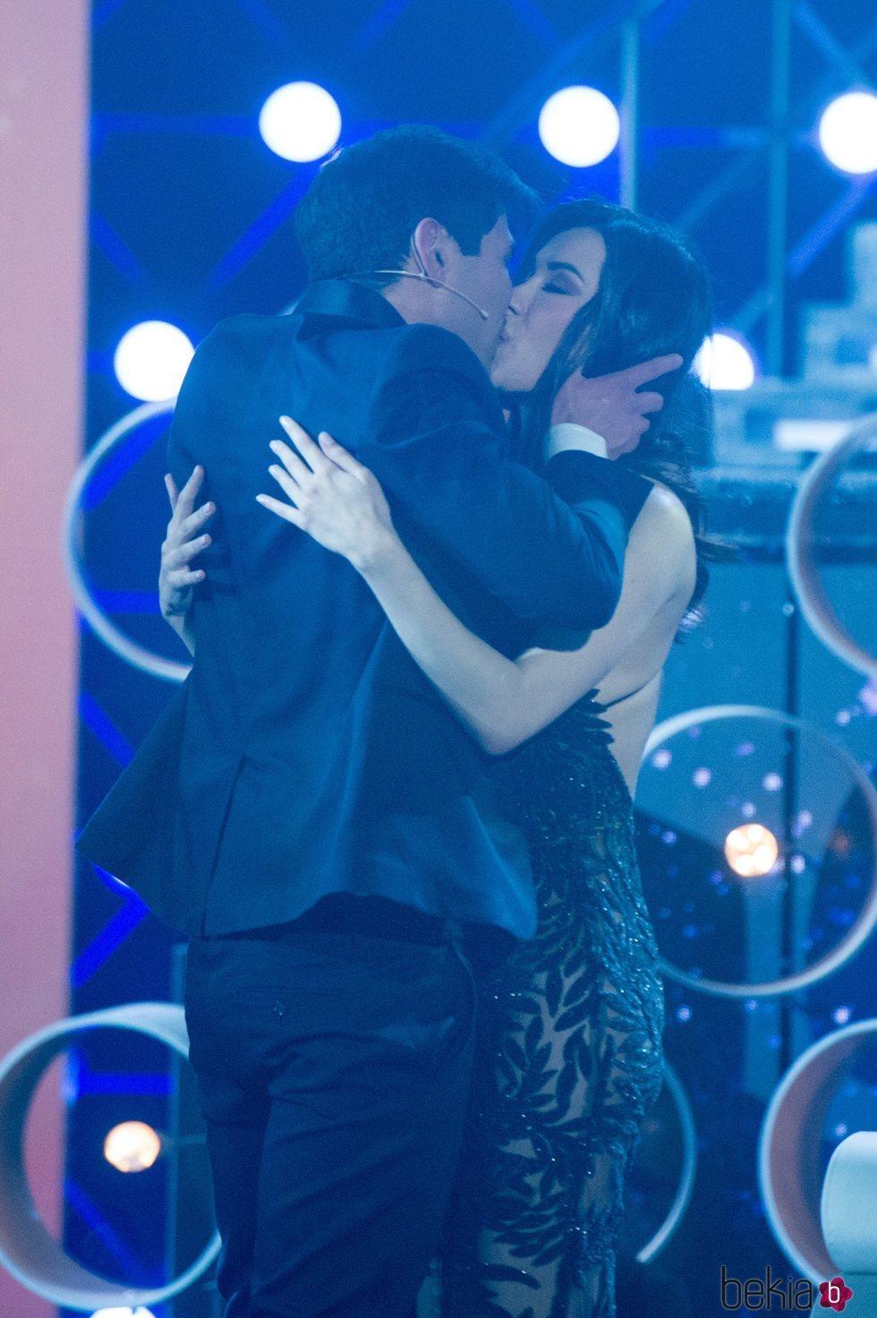 Gianmarco Onestini y Adara Molinero besándose en la final de 'El tiempo del descuento'