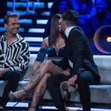 Pol Badía y Nuria MH besándose en la gala final de 'El tiempo del descuento'