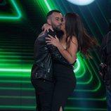 Anabel Pantoja besando a Omar Sánchez en la gala final de 'El tiempo del descuento'