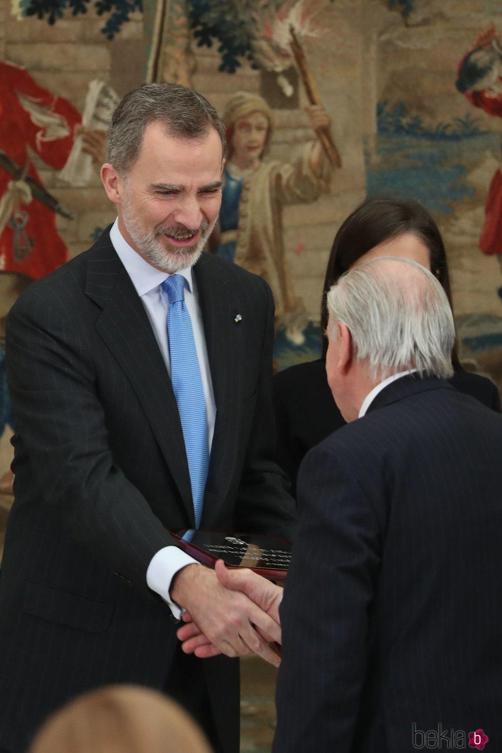 El Rey Felipe saluda a Valentín Fuster en los Premios Nacionales de Investigación 2019