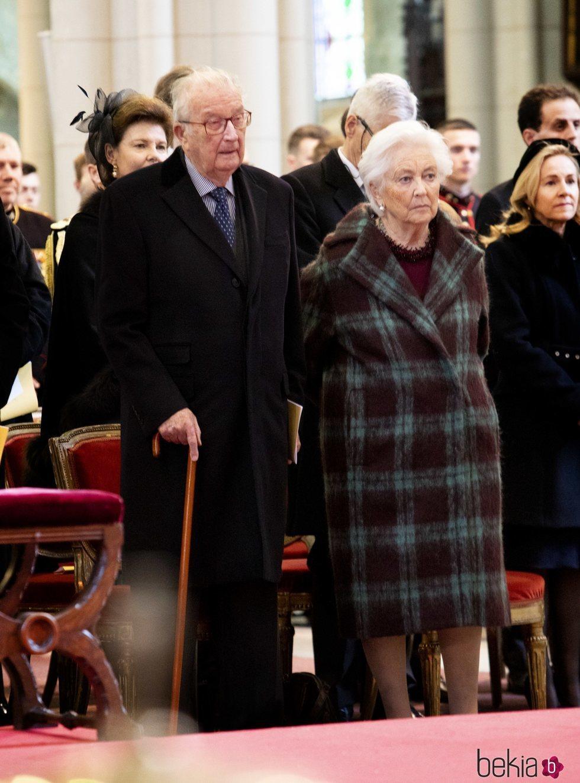 Alberto y Paola de Bélgica en la misa en recuerdo a los miembros fallecidos de la Familia Real Belga