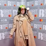 Billie Eilish posa con su premio tras los Brit Awards 2020