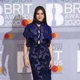 Hailee Steinfeld en la alfombra roja de los Brit Awards 2020