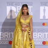 Joy Crookes en la alfombra roja de los Brit Awards 2020