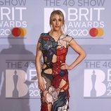 Ellie Goulding posando en la alfombra roja de los Brit Awards 2020