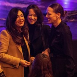 Eva González, divirtiéndose con unas amigas en de concierto de Vanesa Martín en el Teatro Real de Madrid
