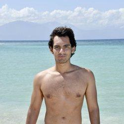 Alejandro Reyes posando en la playa en la foto oficial de 'Supervivientes 2020'