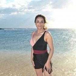 Ana María Aldón posando en la playa en la foto oficial de 'Supervivientes 2020'