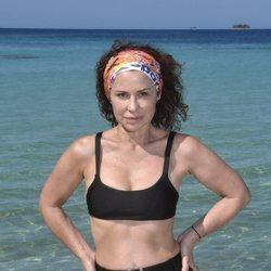 Vicky Larraz posando en la playa en la foto oficial de 'Supervivientes 2020'