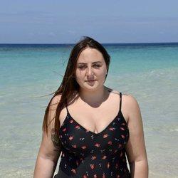 Rocío Flores posando en la playa en la foto oficial de 'Supervivientes 2020'