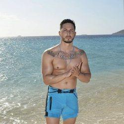 Nyno Vargas posando en la playa en la foto oficial de 'Supervivientes 2020'