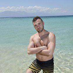Cristian Suescun posando en la playa en la foto oficial de 'Supervivientes 2020'