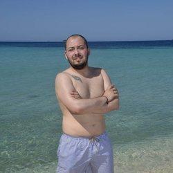 José Antonio Avilés posando en la playa en la foto oficial de 'Supervivientes 2020'